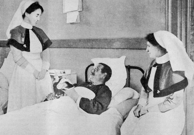 Nurses with soldier, WW1